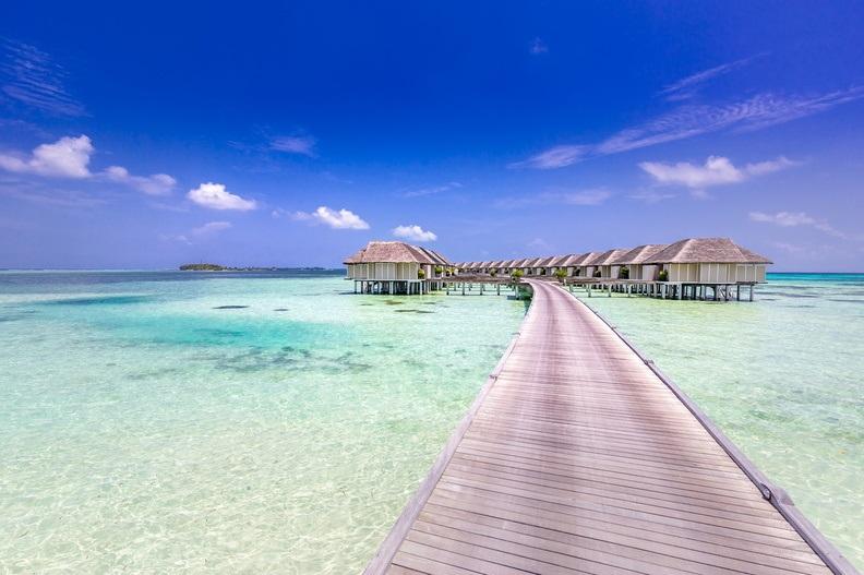 LUX* South Ari Atoll - Steg zu den Wasser Villen